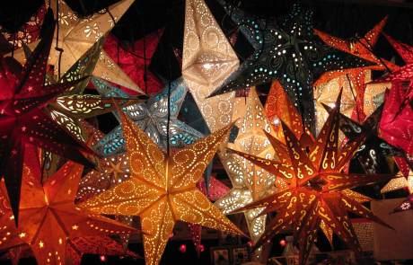 Bunte Sternlampen auf dem Weihnachtsmarkt
