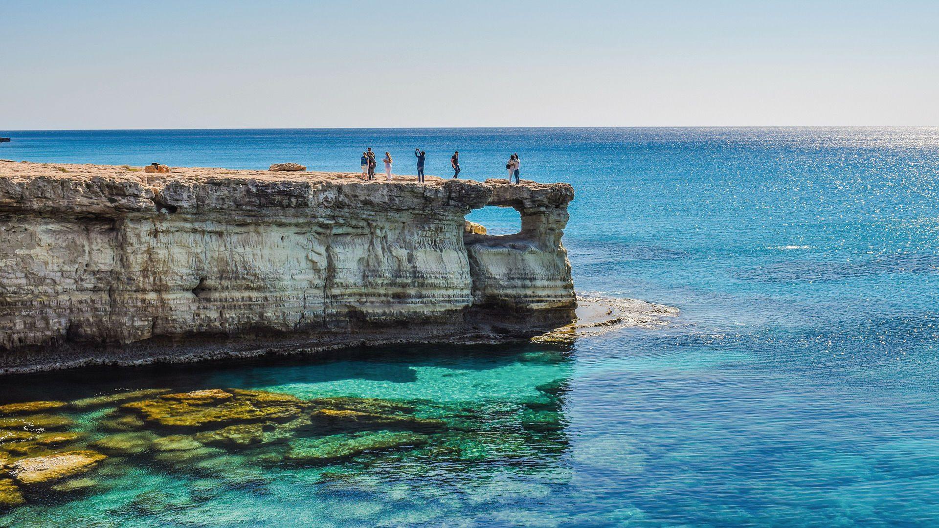Gigantische Felswege ragen ins Meer hinein