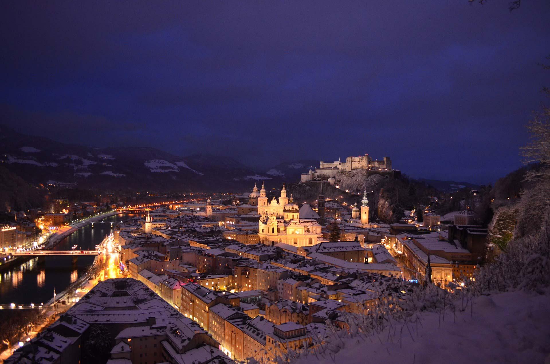 Salzburg bei Nacht im Winter