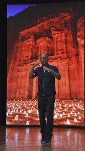 Axel C. Brüggemann bei einem Vortrag über Petra, Jordanien
