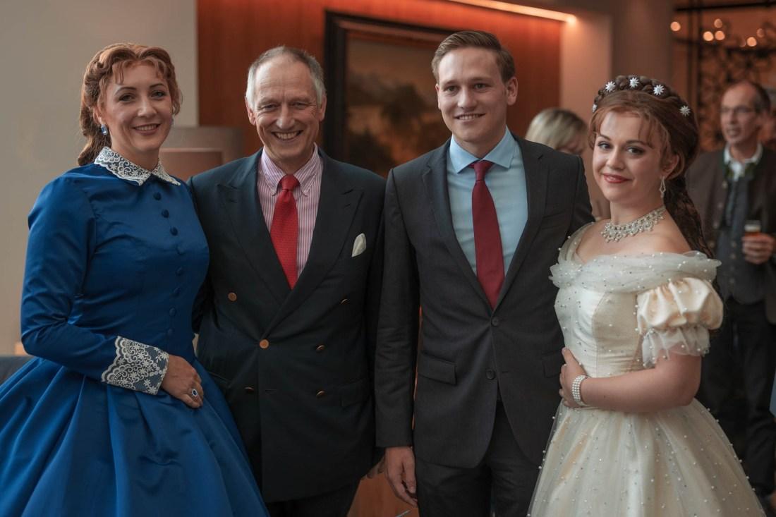 Prinz Wolfgang von Bayern mit Sohn, und Darstellerinnen des Musical Ludwig (Ludovica und Sisi)