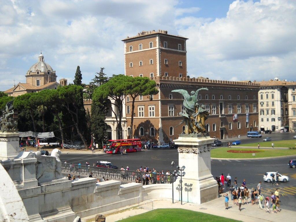 Blick von der Treppe des Palazzo Venezia herab auf die Piazza Venezia