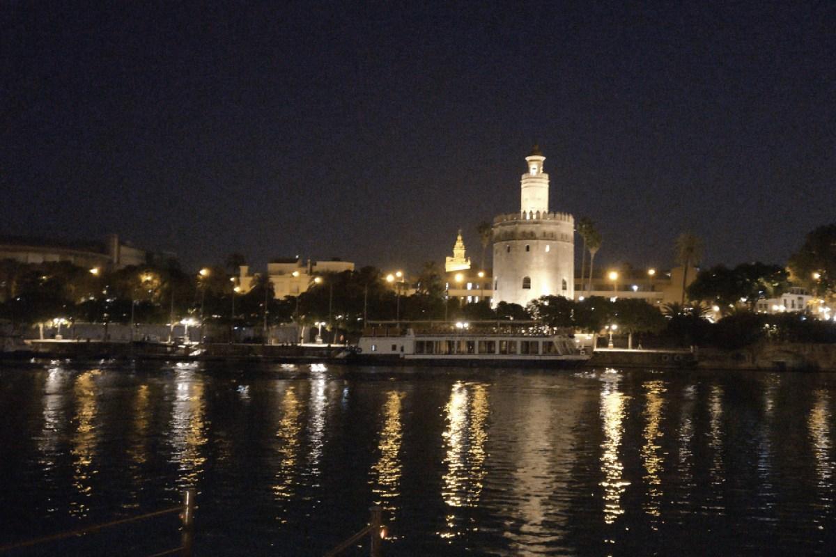 Blick vom El Embarcadero auf den Torre del Oro