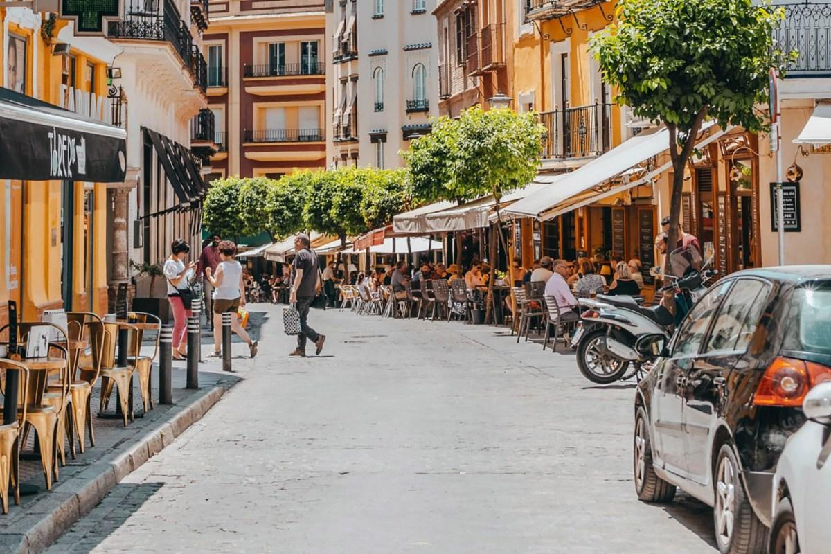 Typische Nebenstraße in Sevilla mit vielen Restaurants
