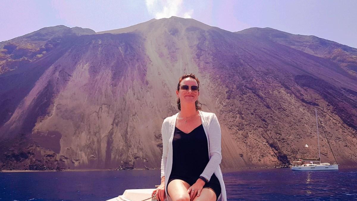 Kerstin Reichhold vor dem Stromboli, Liparische Inseln
