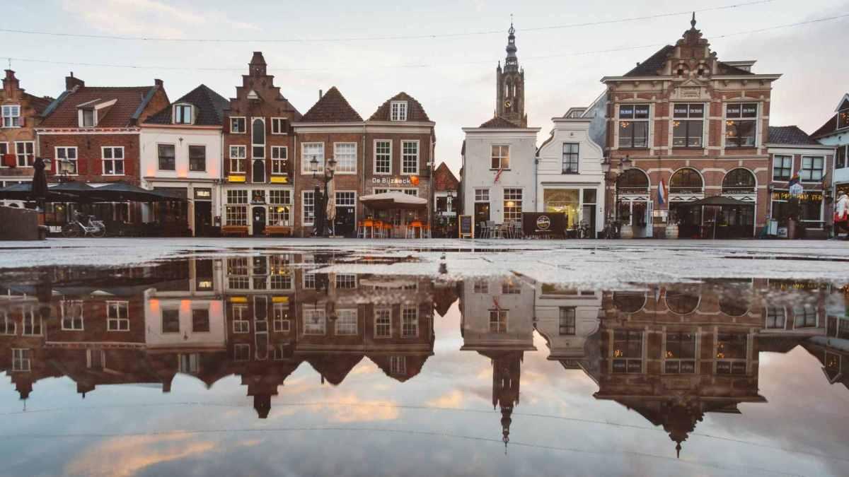 Romantische Häuserfassade in Amsterdam. Wohnungen sind teuer