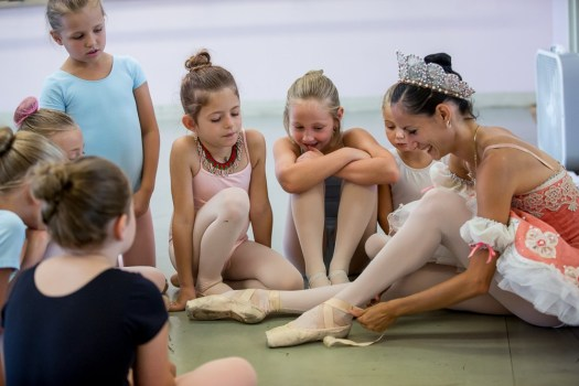 milwaukee ballet, instructor entertaining young ballerina's