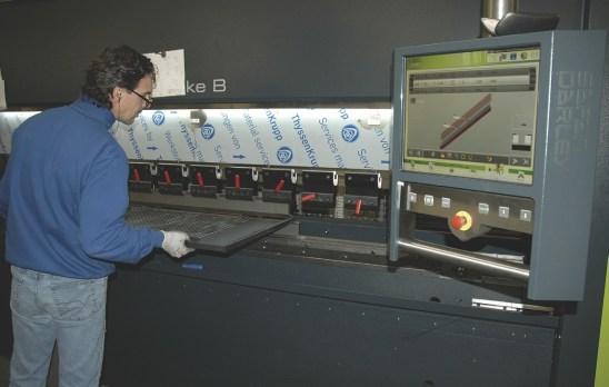 Dettaglio di lavorazione su una delle nuove presse elettriche E.Brake 100 – 3100 SafanDarley acquisite da Larinox e installate nello stabilimento di lavorazione lamiere.