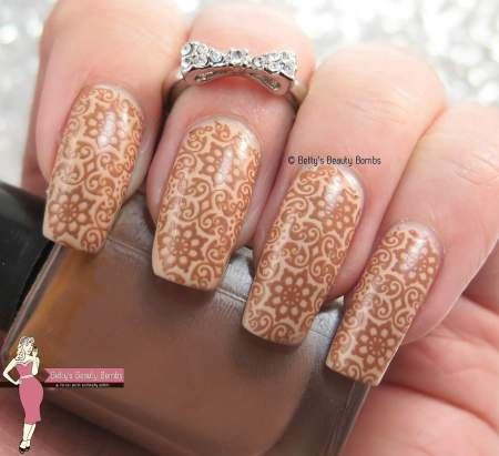 brown-filigree-nail-art