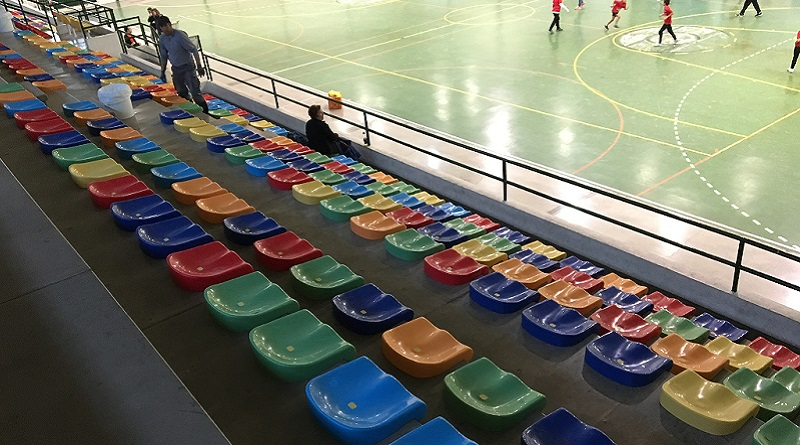 L'Ajuntament instal.la seients a les grades del Poliesportiu
