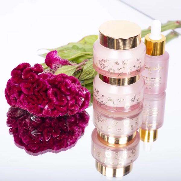 trio de produits personnalisés avec des fleurs