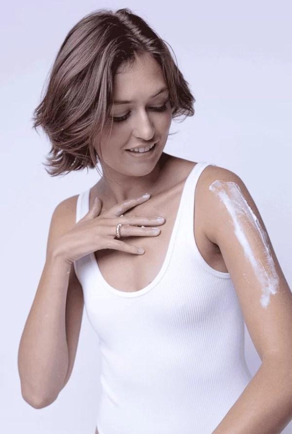 Mannequin Be u avec bras rempli de crème hydratante