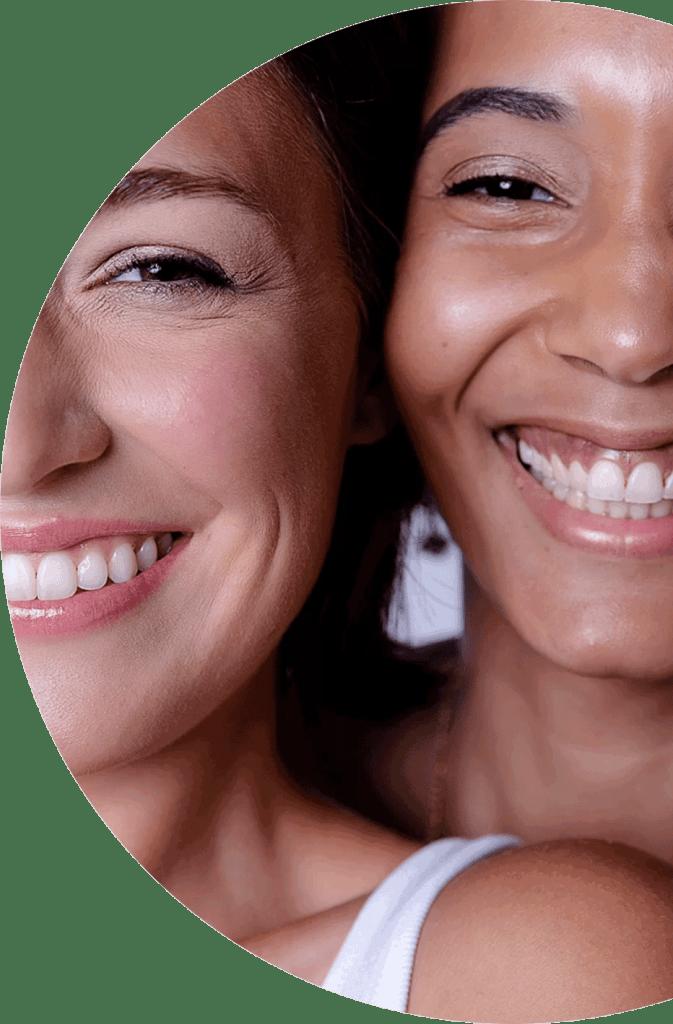 Visage de deux femmes souriantes