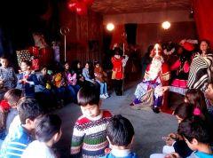 Kinderen AZC school op bezoek in Sinterklaashuis in Beverwaard