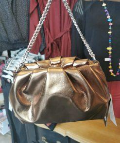 Petit sac à main couleur doré.