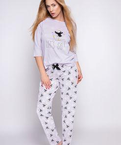 Pyjama gris clair manches longues avec motifs.