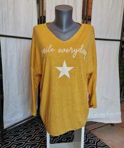 Top manches longues moutarde avec étoile.