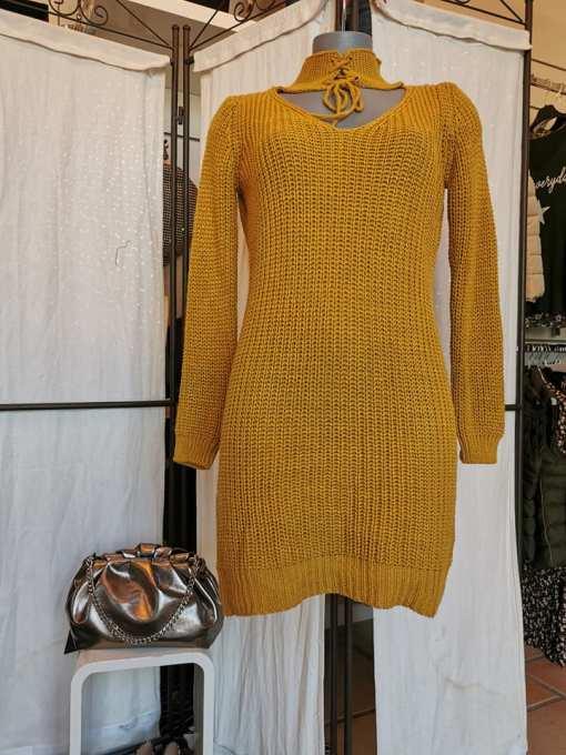 Robe pull courte maille couleur moutarde et réversible.