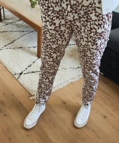 Pantalon fluide coupe cigarette blanc et motifs marque le temps des cerises.