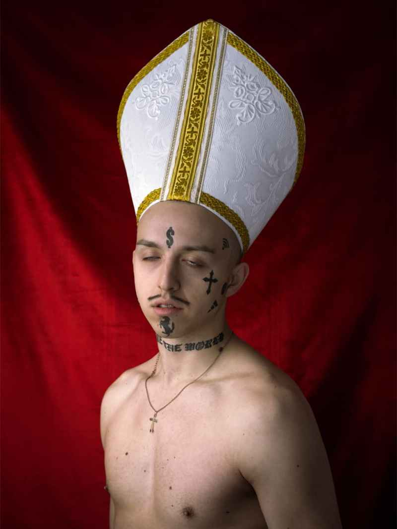 le rappeur tommy cash déguisé en pape