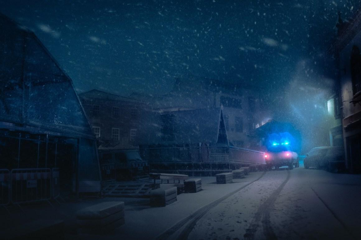 Les traces d'une voiture sur la neige dans la nuit