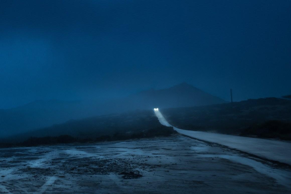 Une voiture sur une route isolée dans la nuit claire