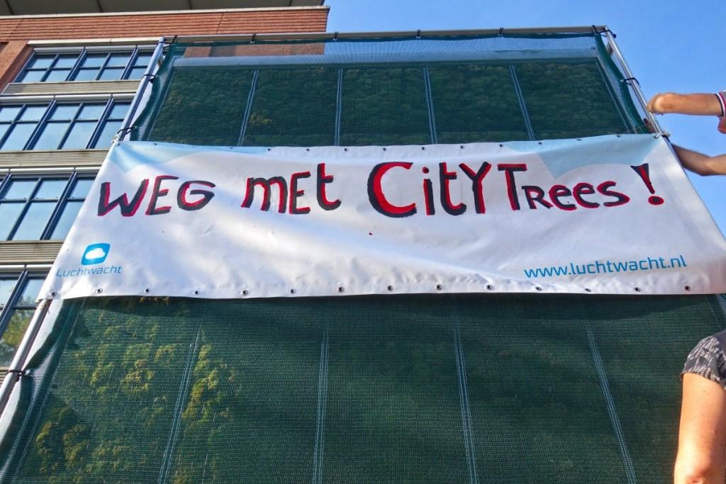 een van de (omvergereden) CityTrees