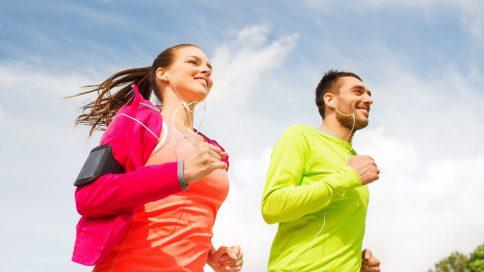 Zwei Personen in Sportbekleidung beim Joggen