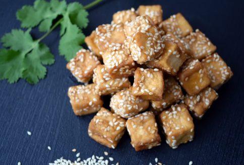 Tofu in Würfeln geschnitten und angebraten