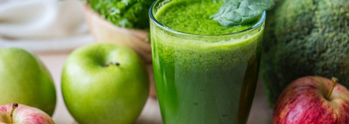 grüner Smoothie, Äpfel und Gemüse auf Tisch
