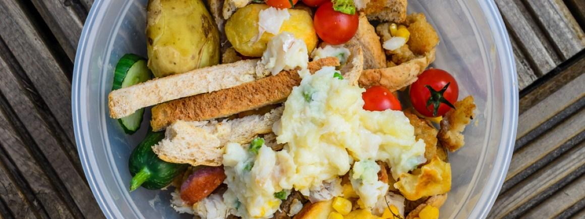Ein Eimer mit verschiedenen Lebensmittelabfällen