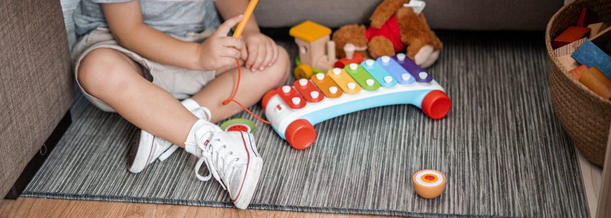 Kind spielt mit Xylophon