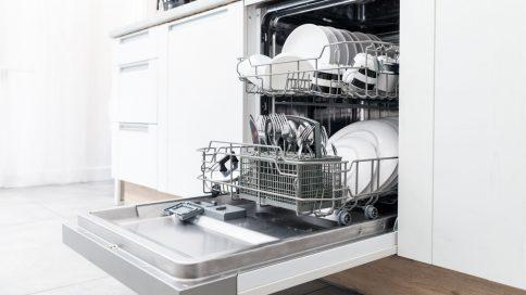 Geschirrspüler offen in der Küche