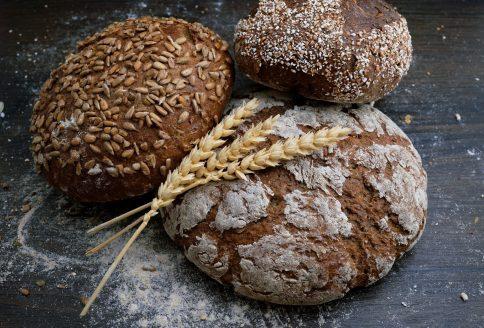 Verschiedene Brotsorten und Getreideähren