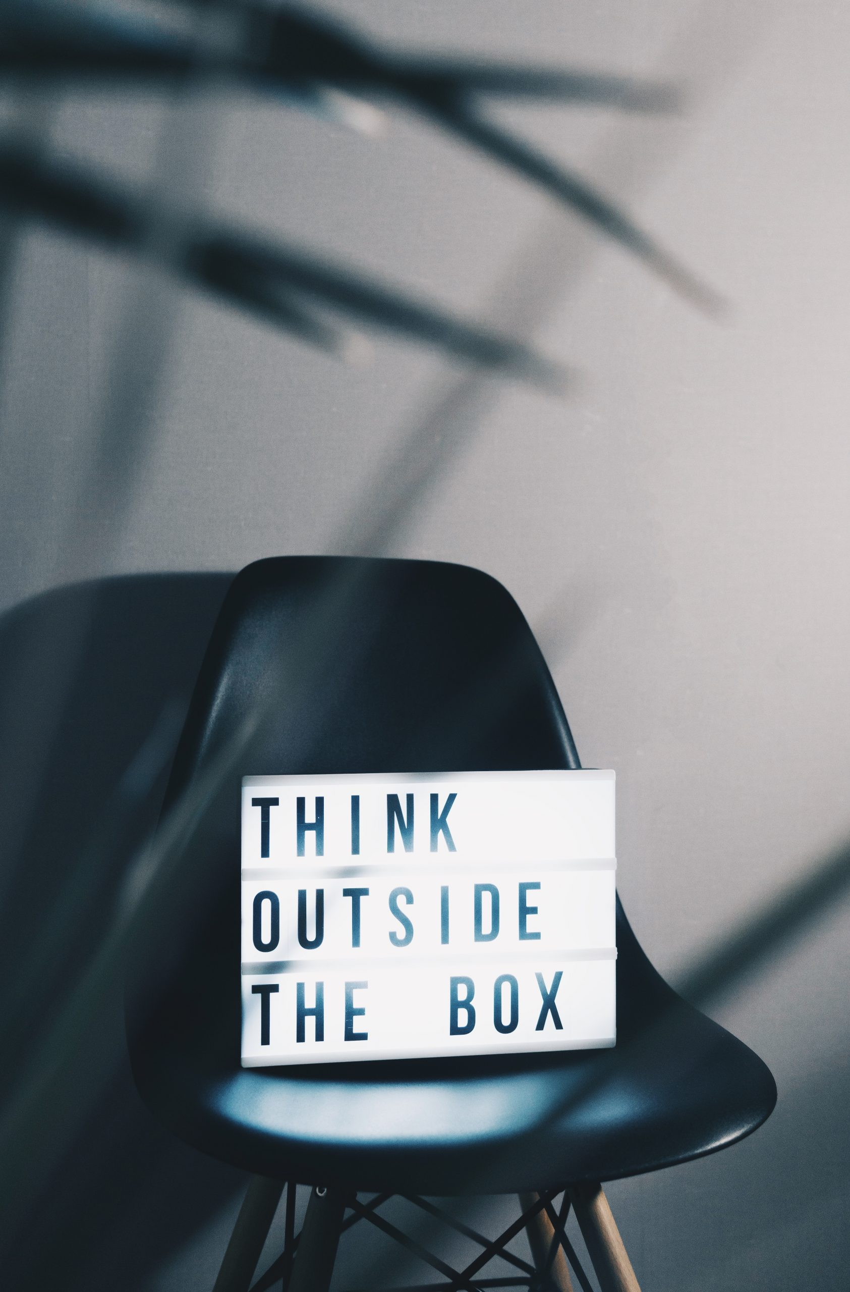 Schrift Think outside the box