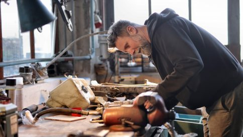Mann repariert in Werkstatt
