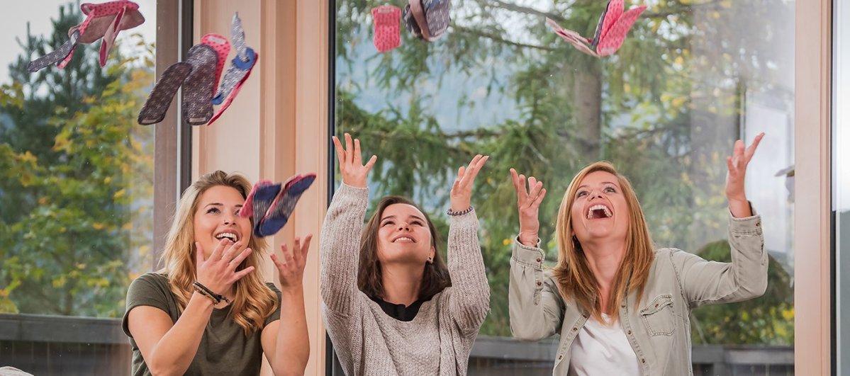 Frauen werfen Baumwoll-Slipeinlagen in die Luft