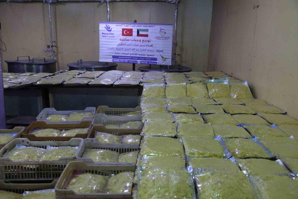 توزيع وجبات في الغوطة الشرقية بدعم شباب الخير التطوعي