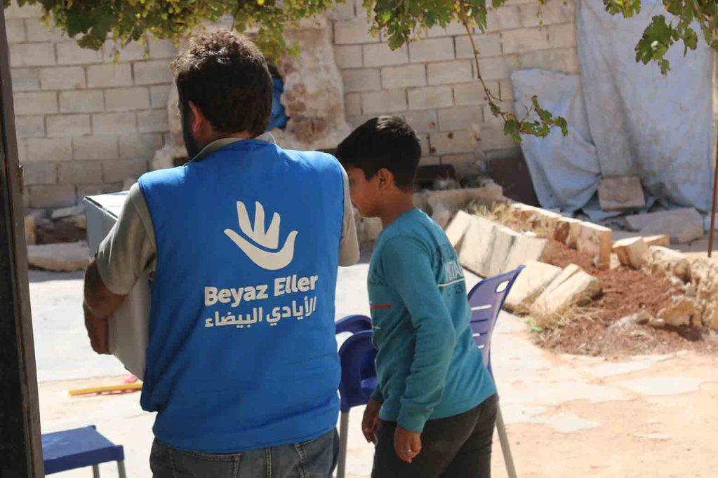 توزيع سلة غذائية في ريف إدلب