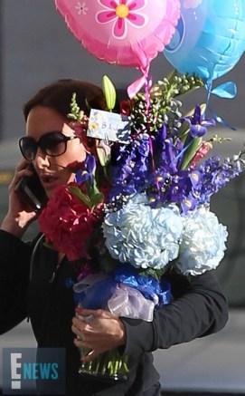 Mulher foi vista carregando presentes com iniciais 'B&J' (Foto: Reprodução/E! News)