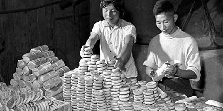 Packaging Mooncakes in the 1960s