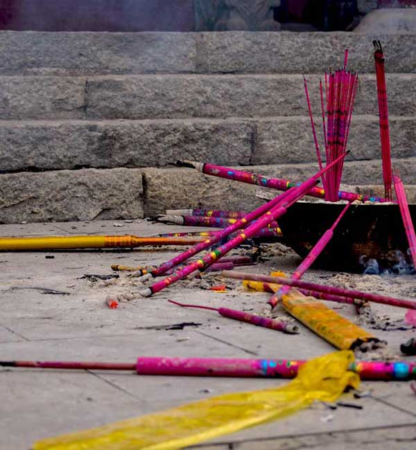 chinese-new-year-incents-at-a-temple-on-a-sunny-day-smoke-day