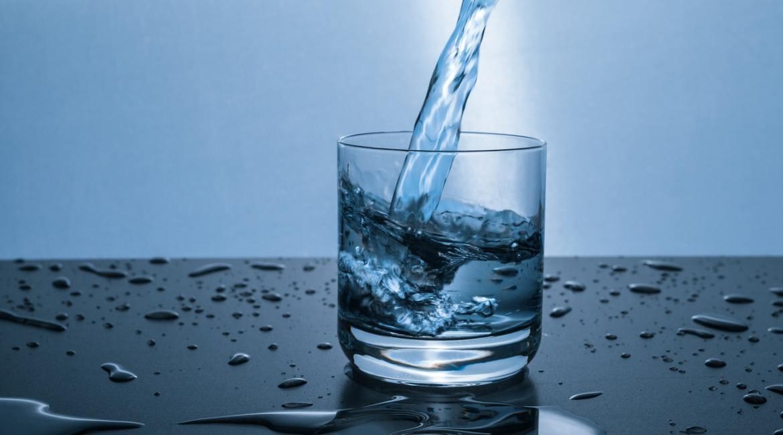 dziecko pije wodęa nie sok