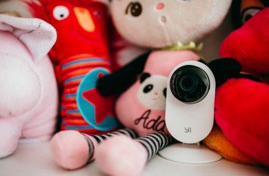 Yi Home Camera na półce z zabawkami