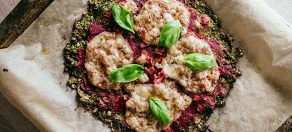 pizza z zielonym ciastem z brokuła