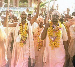 Srila Narayana Gosvami Maharaja e Srila Vamana Gosvami Maharaja no Vraja Mandala Parikrama