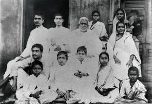Srila Bhaktivinoda, que tinha todas as qualidades divinas puras, assume o papel de uma alma condicionada para nos ensinar como avançar.