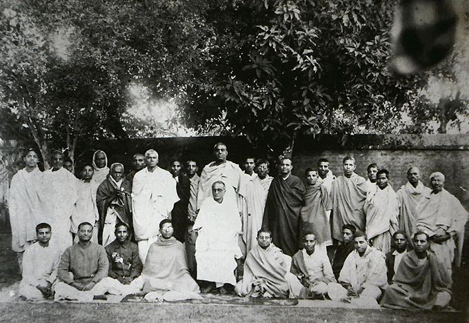 Srila Bhaktisiddhanta Sarasvati Thakur e seus discípulos