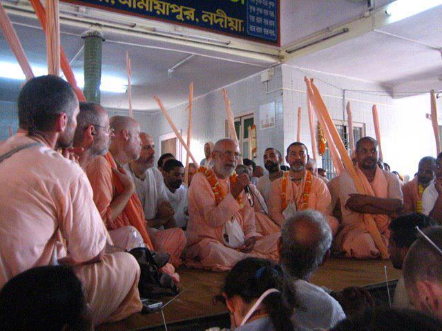 Srila Gurudeva dando harikatha durante o Parikrama de Navadvipa