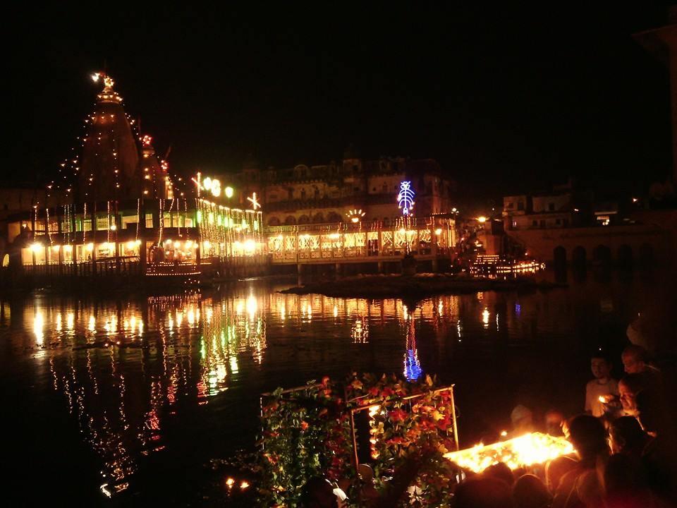 Darsan do belísimo Manasi Ganga, em Govardhana, na noite de Dipavali de 23 de outubro de 2014